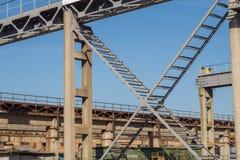 Industrieel landschap Metaal en gewapend beton reusachtige kaderstructuren, spoorwegkranen royalty-vrije stock afbeeldingen