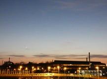 Industrieel landschap op het gebied van Rotterdam Botlek bij schemer royalty-vrije stock foto's