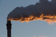 Industrieel landschap - schoorsteen het roken Royalty-vrije Stock Foto's