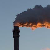 Industrieel landschap - schoorsteen het roken Stock Foto
