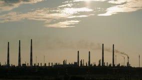 Industrieel landschap Van de rook van de pijpfabriek, die de atmosfeer verontreinigen stock videobeelden