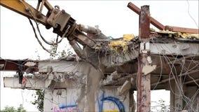 Industrieel ontmantel, mechanische vernietiging Het ontmantelen van het gebouw met behulp van zware hydraulische scharen stock video