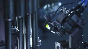Industrieel optisch materiaal Een deel van farmaceutische kwaliteitscontrolelijn stock videobeelden