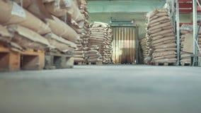 Industrieel pakhuis - vele zakken en dozen, die autoloader werken stock videobeelden
