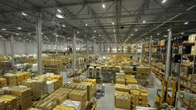 Industrieel pakhuis voor van opslagproducten en goederen hommelmening stock footage