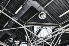 Industrieel plafond met buizen, ventilatie en verlichting samengekomen royalty-vrije stock afbeeldingen