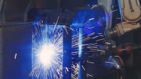 Industrieel Robotwapen actief in fabriek Automatiseringslassen Sluit omhoog stock videobeelden