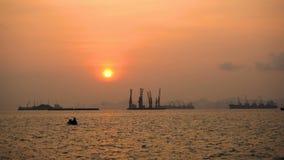 Industrieel schip bij zonsondergang