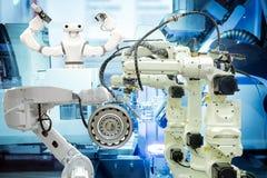 Industrieel slim roboticagroepswerk die aan slim fabrieksconcept werken stock fotografie