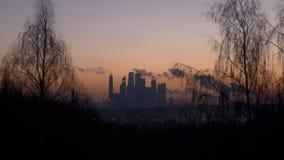 Industrieel stadslandschap bij zonsondergangvideo stock videobeelden