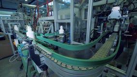 Industrieel transportbandmechanisme die plastic schepen opnieuw vestigen stock video