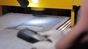 Industrieel ver CNC controlebord van machines bij het snijden van fabriek stock footage