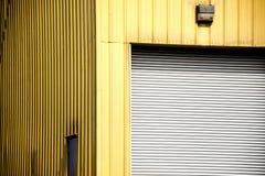 Industriegebäude mit Garagentor lizenzfreie stockbilder