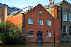 Industriegebäude in einem Fluss in London lizenzfreies stockbild