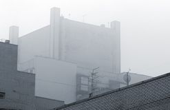 Industriegebäude im Nebel Stockbilder