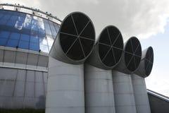 Industriegebäude mit Rohren Stockfoto