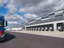 Industriegebäude und Lager mit LKW lizenzfreie stockbilder
