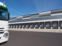 Industriegebäude und Lager mit LKW-Wartefracht lizenzfreie stockfotos