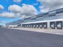 Industriegebäude und Lager mit LKWs stockfotografie