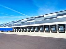Industriegebäude und Lager mit LKWs stockfoto