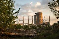 Industriegebäude vom Busch lizenzfreie stockfotografie