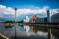 Industriegebiet mit Fluss in Duesseldorf Lizenzfreies Stockfoto