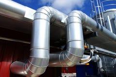 Industriegebiet, Stahlrohrleitungen auf blauem Himmel Lizenzfreie Stockfotos