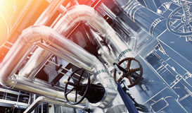 Industriegebiet, Stahlrohrleitungen und Kabel in den blauen Tönen stockfotografie