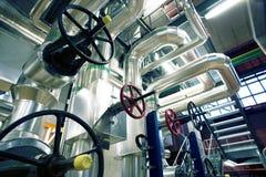 Industriegebiet, Stahlrohrleitungen, Ventile und Kabel Stockbilder