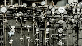 Industriegebiet, Stahlrohrleitungen, Ventile und Leitern Lizenzfreies Stockbild