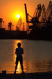 Industriehafen bei Sonnenuntergang Stockbilder