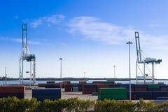 Industriehafen in Miami, in der Werft, in den Frachtkränen und in den Behältern Stockbild