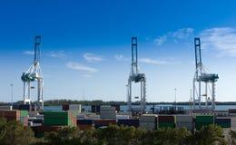 Industriehafen in Miami, in der Werft, in den Frachtkränen und in den Behältern Stockfoto