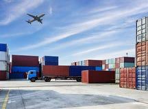 Industriehafen mit Behältern in der Fracht lizenzfreie stockbilder