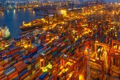 Industriehafen mit Behältern in der Fracht Stockfotos
