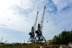 Industriehafen mit Schiff-anhebenden Kränen der Fracht Petropawlowsk Kamchatsky, Halbinsel Kamtschatka, Russland stockfotos