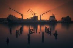 Industriehafen mit Schiff und Kränen in Zorrozaurre stockfoto