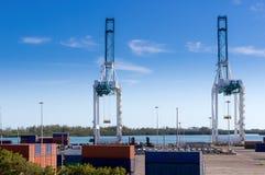 Industriehafen, Werft, Frachtkräne Lizenzfreie Stockbilder