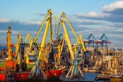 Industrielandschaft des Seehafens Stockfotografie