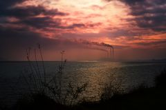 Industrielandschaft durch den See Stockbild