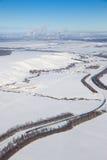 Industrielandschaft mit Güterzug- und Chemikalienfabrik auf Hintergrund Stockfotos