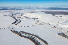 Industrielandschaft mit Güterzug- und Chemikalienfabrik auf Hintergrund Stockbild