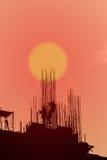 Industrielandschaft mit Schattenbildern von Kränen Lizenzfreie Stockfotos