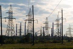 Industrielandschaft mit Stromleitungen im Hintergrund leitet Raffinerie Stockbilder