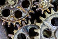 Industriell bakgrund med gamla rostiga kugghjul och hjul Arkivfoto