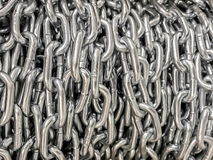 Industriell bakgrund - metall kedjar fast närbild Royaltyfri Foto