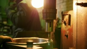 industriell Bauanlage Eine Maschine, die ein Loch ausf?hrlich Eisen bohrt stock footage