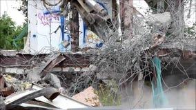 Industriell bauen Sie, mechanische Zerstörung ab Abbau des Gebäudes mithilfe der schweren hydraulischen Scheren stock footage