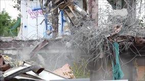 Industriell bauen Sie, mechanische Zerstörung ab Abbau des Gebäudes mithilfe der schweren hydraulischen Scheren stock video footage