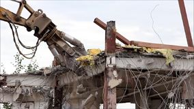 Industriell bauen Sie, mechanische Zerstörung ab Abbau des Gebäudes mithilfe der schweren hydraulischen Scheren stock video